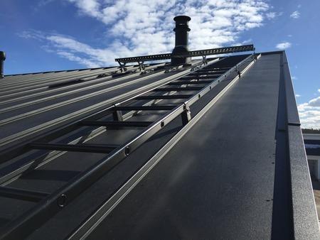 monterad takstege på vägg för bra åtkomlighet till tak och skorsten